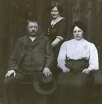 Snímek z roku 1914 zachytil jeho praprarodiče Johanna (1867-1922) a Katharinu (1869-1952) Schöllhammerovy, s babičkou Theresií, provdanouRoissovou(1894-1974), kteří provozovali obchod smíšeným zbožím v Cetvinách čp. 76