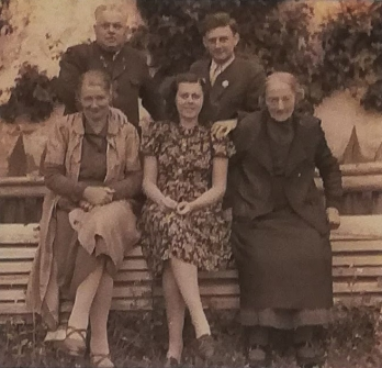 Na snímku z roku 1946, pořízeném ve Windhaagu, vidíme prababičku Katharinu, babičku Theresii, matku Gertrude, roz. Schillingovou (1922-2001), dědečka Heinricha (1890-1957) a otce Huberta (1921-2012) Roissovy