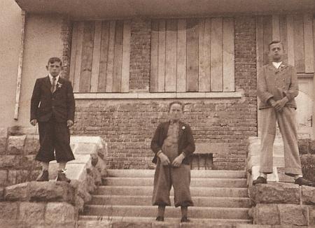 """Cetvinští kluci před """"zabedněnou"""" československou celnicí v roce 1938"""