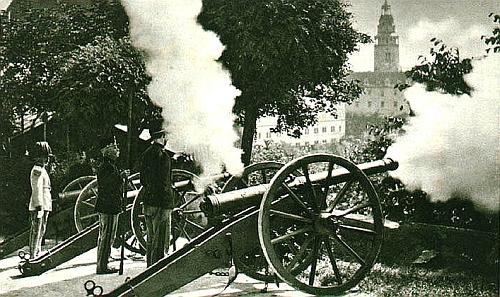 Slavnostní střelba schwarzenberské zámecké gardy nad Krumlovem a obstarožní zámecký granátník na stráži