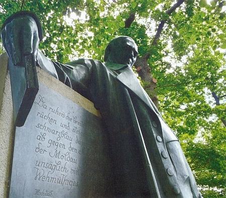 Nápis na Stifterově památníku v Horní Plané, který Rokyta cituje ve své knize i v německém originále