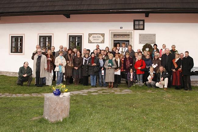 Padesáté výročí otevření památníku v Horní Plané 23. října 2010 - na horním snímku zleva stojí nad jubilejním koláčem Ivan Slavík, Johann Lachinger a Jiří Hůlka