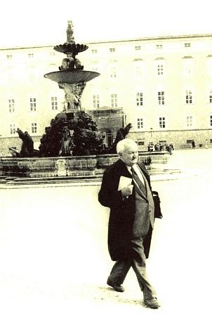 Snímek Oskara Anrathera ze Salzburgu zachycuje Dr.Rokytu na tamním Rezidenčním náměstí