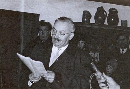 Při pořizování rozhlasové nahrávky v rodném domě Stifterově, píše se leden roku 1968