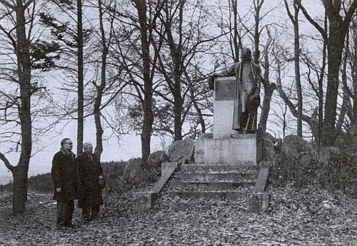 Někdy v roce 1955 u pomníku Adalberta Stiftera nad Horní Planou