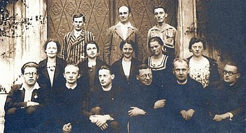 Sedí v první řadě zcela napravo s činovníky Svazu německé katolické mládeže, jehož byl ve druhé půli třicátých let organizačním tajemníkem