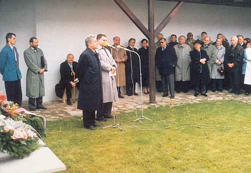 Mezi oficiálními hosty oslav 190. výročí narození Stifterova v roce 1995 (u mikrofonu hovoří právě       hornorakouský hejman Pühringer) sedi Hugo Rokyta s holí při zdi spisovatelova rodného domu
