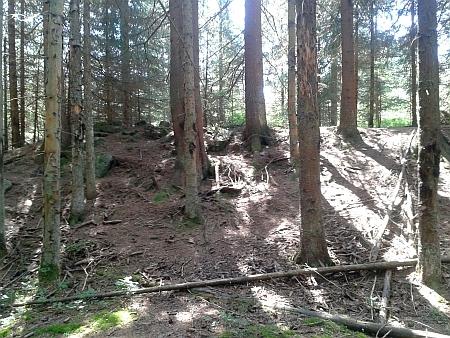 Hráz Rosenauerovy nádrže nad Novým Údolím a pohled z ní do prázdné nádrže