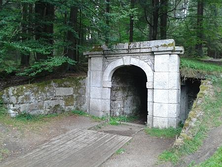 Horní a dolní portál tunelu Schwarzenberského kanálu u Jeleních Vrchů