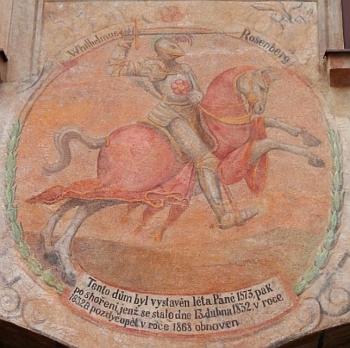 Rožmberský jezdec na renesančních domech v Prachaticích (Velké náměstí 184) a Českém Krumlově (Latrán 39)