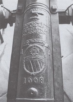 Znak a jméno Petra Voka z Rožmberka (latinská zkratka P. W. V. D. R. znamená Petrus Woko Ursinus de Rosenberg) na hlavni děla zvaného Nachtigal (tj. Slavík) z roku 1608, dochovaného na nádvoří českokrumlovského zámku