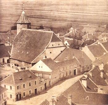 Areál bývalého soběslavského hradu na fotografii zkonce 19. století - v jeho jižním křídle působilo na počátku 17. století krátce Rožmberské gymnázium