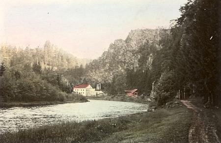 Budova někdejšího hamru u Dívčího Kamene pod soutokem Třísovského potoka a řeky Vltavy na kolorovaném snímku z léta 1938