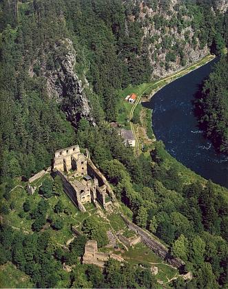 Dívčí Kámen na leteckém snímku hradního areálu