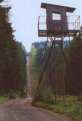 """Někdejší a dodnes uchovaná pohraničnická """"signálka"""" poblíž Branky, svědčící o změně rodných míst"""