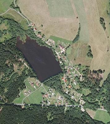Rodná Branka u Tachova na leteckých snímcích z roku 1958 a 2008 - snímky již nestačily zachytit těsně poválečný stav místa, ale svědčí o tom, že místo u Olšovského rybníka žije