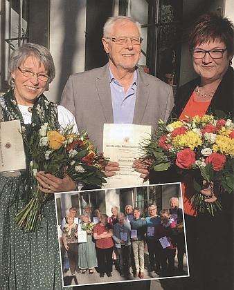 Stojí první zleva s Hansem Slawikem a diplomem k nejvyššímu ocenění DBB, tj. medaili Adolfa Hasenöhrla, vpravo stojí Birgit Kernová