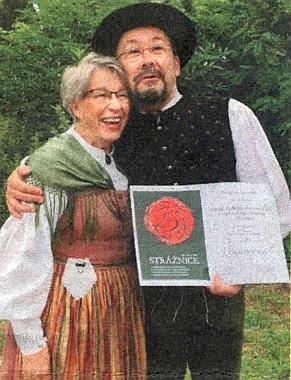 S vedoucím Pošumavské dudácké muziky (Die Böhmerwald-Dudensack Musik) Tomášem Spurným (*1965) a s diplomem za účast na folklorním festivalu ve Strážnici