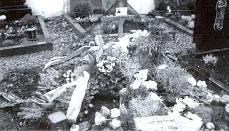 Jeho čerstvý hrob ve Stoffenriedu, kde odpočívá po boku své ženyMarie
