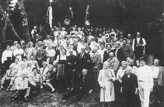 """Setkání krajanů z někdejšího Grünu (dnes Zelená Lhota) u horského kostelíku Maria Hilf při bavorském Lamu, kde """"Fuchs'n Luis"""" četl své nářeční verše..."""