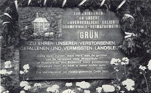 ... a kde byla Franzem Irsiglerem vysvěcena 15. června 1986 pamětní deska s reliéfem kostela sv. Volfganga  a verši Hanse Watzlika z básně Pod borovicí