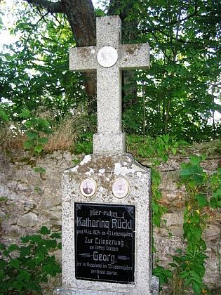 Jeden z náhrobků na hřbitově v Zelené Hoře
