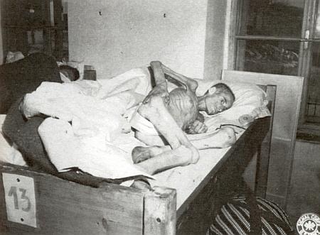 Jedna z obětí volarského pochodu smrti, ani ne čtyřiadvacetiletá Rószi (Rozálie) Franková, na snímku z 8. května 1945 vevolarské nemocnici, kde zemřela - toho dne skončila druhá světová válka