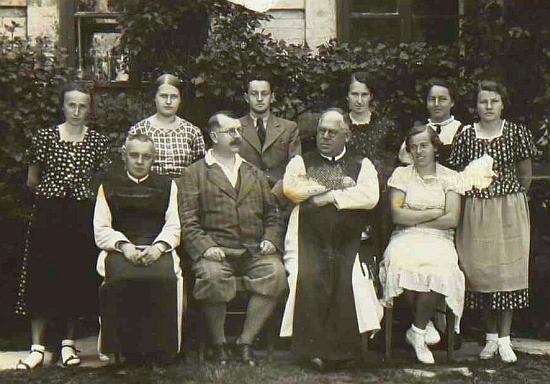 Tady ve školním roce 1937/1938, kdy skončilo jeho pedagogické působení na malšínské škol, už je zachycen jen s knírkem