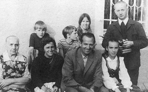 Jeho syn s rodinou na návštěvě u faráře Franze Irsiglera v roce 1973