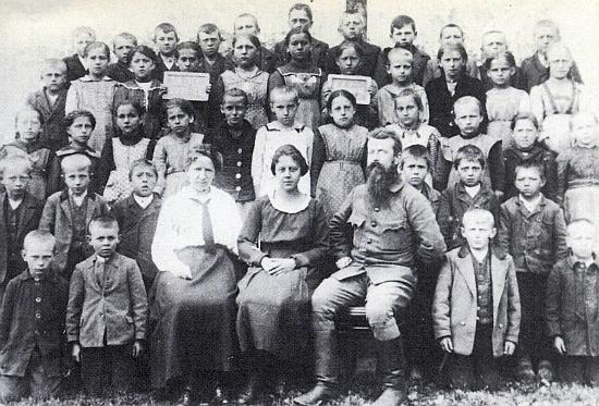 Se žáky školy v Malšíně na snímku z roku 1921