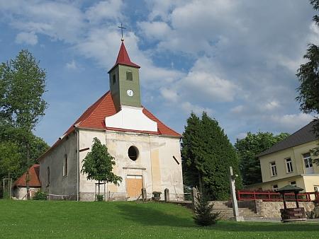 Kostel sv. Linharta v Pohorské Vsi, kde byl pokřtěn (vpravo je vidět škola)