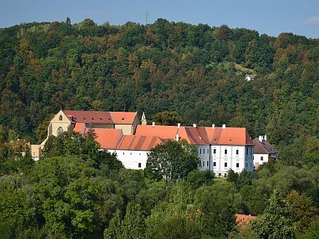 Pohled na klášter z druhého břehu řeky, samota U Hvězdáře vpravo nahoře