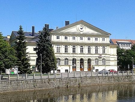"""Budova v roce 2014 - dnes Kulturní dům Slavie, mezi obyvateli Budějovic ale stále převládá pojmenování """"Armáďák"""", upomínající jeden z jeho poválečných názvů Dům armády (ještě předtím se ovšem jmenoval iStalinův...)"""
