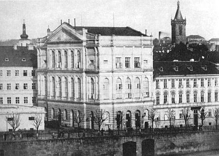 ... a stavba dnes už zbořeného Prozatimního divadla v Praze, prozrazující téhož autora dost přesvědčivě (není bez zajímavosti, že Ullmann projektoval i Lažanského palác na nábřeží Vltavy s kavárnou Slávií vpřízemí, nesoucí tedy stejné jméno jako dnes Německý dům)