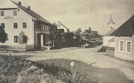 """Jiná stará pohlednice """"aus Kaltenbach bei Winterberg im Böhmerwald"""" s hostincem a zdejší farou nalevo, s kostelem napravo"""