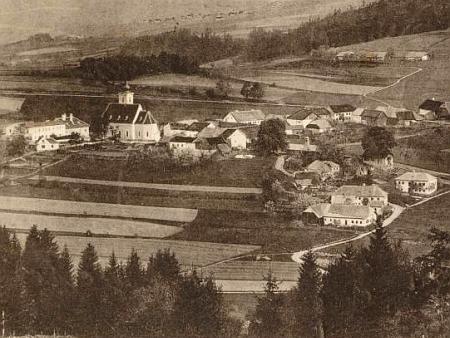 Na výřezu Seidelovy pohlednice Rychnůvku je škola zcela vlevo