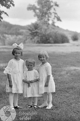 """Je ona jedním z těch tří """"jabloneckých"""" děvčátek na Seidelově snímku, pořízeném v létě roku 1922 a objednaném v Českém Krumlově na jméno Jungwirth a adresu""""Gasthaus Ogfolderhaid""""?"""
