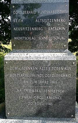 Památník zaniklých obcí, který stojí nad Oticemi, asi 3 km od místa, kde stával Jablonec