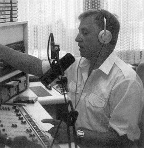 """Při moderování rozhlasového pořadu """"Aus Stadt und Land"""" ve studiu Unser Radio Freyung"""