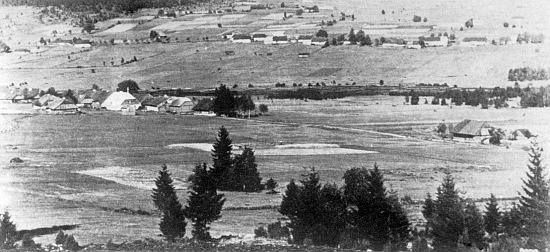 Svinná Lada, kde se narodil, v pozadí za Chalupskou slatí Nový Svět (viz i Ida Winicki)