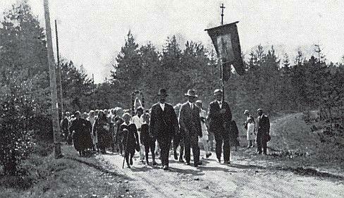 Poutníci z Horní Vltavice se vracejí domů z procesí ke Svaté Anně u Borových Lad