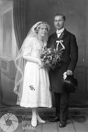 Den po své svatbě si pořídil manželský pár Sailerových tento snímek v ateliéru Seidel v Českém Krumlově a dal si foto zaslat jak do Rožmberka nad Vltavou, tak do Černého Údolí, pošta Německý Benešov, odkud byla tchyně, roz. Wlčková - platil podle záznamu otec ženichův Josef Sailer