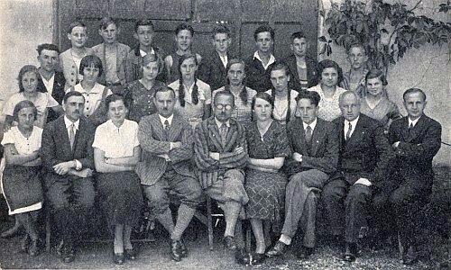 Ještě jako ředitel měšťanské školy v Kaplici sedí s brýlemi uprostřed učitelského sboru