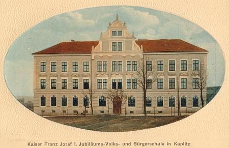 """""""Jubilejní"""" obecná a měšťanská škola císaře Františka Josefa I., postavená v letech 1908-1910, kde po léta působil, stojí dodnes na Linecké ulici v Kaplici"""