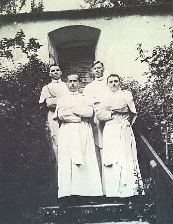 Tady je zachycen mezi čtyřmi novici vyšebrodského kláštera vpředu vlevo, vpravo vedle stojí Georg Watzkarsch