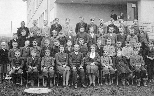 Se žáky měšťanské školy v Kaplici roku 1940, kdy už učitelský sbor tvořily většinou ženy