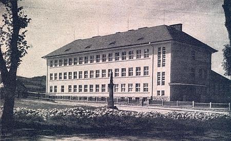 V září 1938 byla v Kaplici otevřena tato školní budova, která nesla jméno po tehdejším československém ministru školství, jímž byl Dr. Emil Franke (1881-1939), už 8. října téhož roku však do ní byla přemístěna protilehlá německá obecná a měšťanská škola, kdysi zvaná po císaři Františku Josefovi I., z jejíž budovy se stala kasárna wehrmachtu - soška Panny Marie na kamenné stéle, stojící na snímku před školou, byla podle informace Pavla Mörtla, kterou nám laskavě poskytl, koncem roku 1938 Němci přemístěna ke zdi (německého) kostela sv. Petra a Pavla, kde je ke spatření dodnes, na místě pak, kde bývala, nalézá se od září roku 1945 stále udržovaný památník Rudé armádě