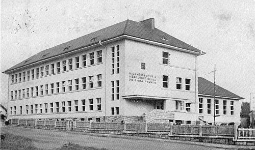 Budova nové školy s patrným zemským znakem a oficiálním názvem, který měl opravdu krátké trvání