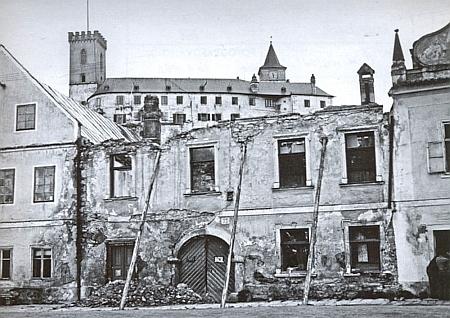 Jeho rodný dům čp. 77 v Rožmberku nad Vltavou na snímcích pořízených před rokem 1959 (nahoře), před demolicí a po zřícení štítu s atikou v roce 1962 i při pohledu zbočníhotraktu
