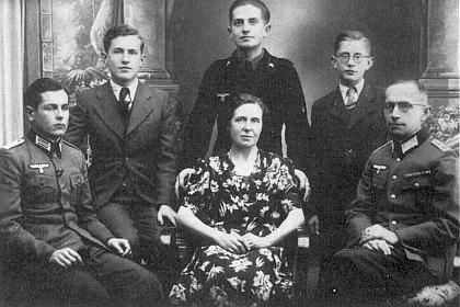 S otcem, maminkou a bratry v Kaplici roku 1942 (stojící prvý zprava)